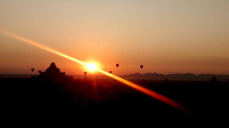 Amanecer en globo aerostático en Bagan