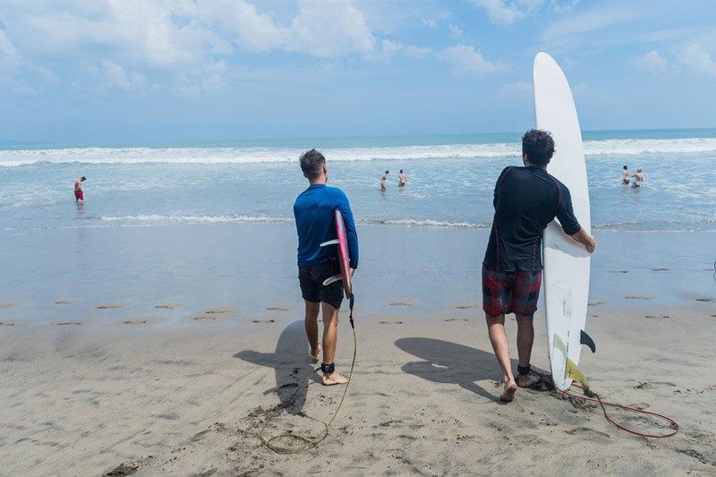 Surfear en Seminyak y Kuta